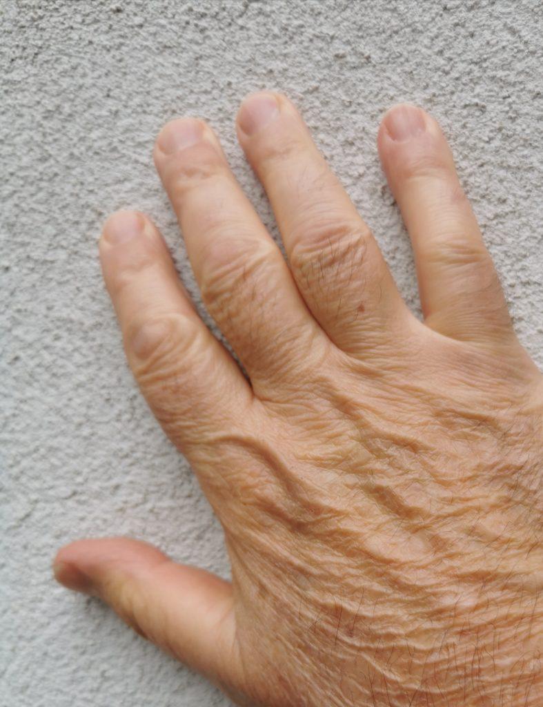 La main du conteur.